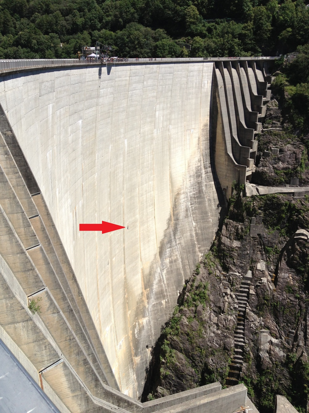 The red arrow is pointing to a jumper