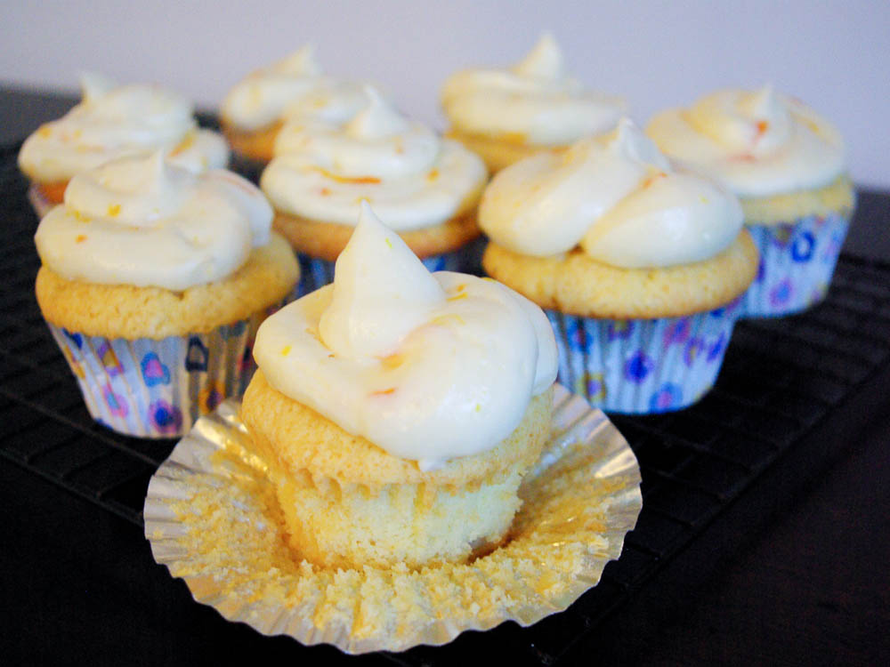 Orange Dreamsicle Cupcakes | www.thebatterthickens.com