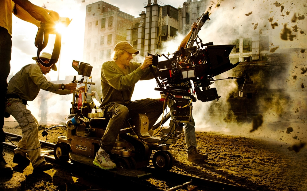 michael-bay-on-set-transformers-4_1380210571.jpg
