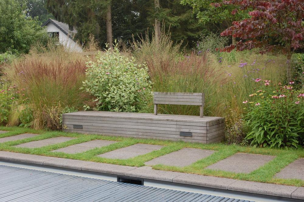 houten bank door GRASVELD Tuin- en Landschapsarchitecten