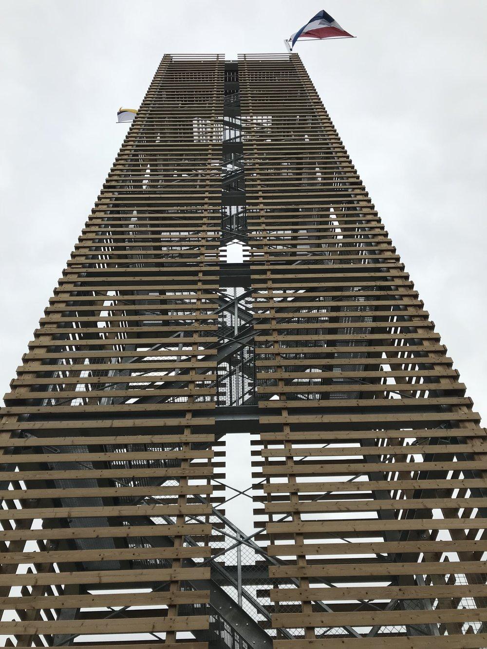 omhoogkijkend naar de top van de uitkijktoren GRASVELD Tuin- en Landschapsarchitecten