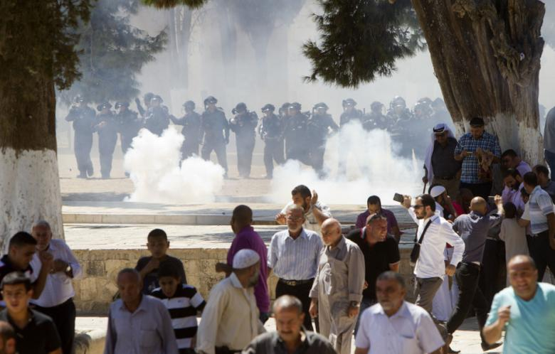 Israeli riot police attack Palestinians following Friday prayers at Jerusalem's Al-Aqsa mosque compound on 6 September 2013. (Photo: AFP - Ahmad Gharabli)