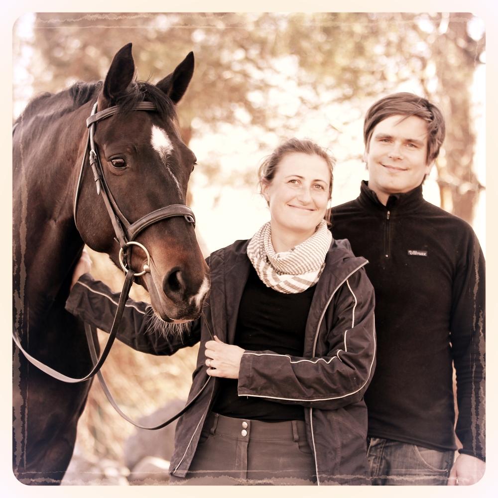 Nora Brandt & Ville Klemets  STALLÄGARE   Med  mångbottnade  avstamp i hästvärlden och en gemensam bakgrund i socialvetenskaper har vi tillsammans hittat en inspirerande melodi att med små och målmedvetna steg utveckla stallet, gården, de sociala rummen och vårt intresse för hästar. Vi vill öppna dörrar och hålla högt till tak.  Lyssna och se mer...