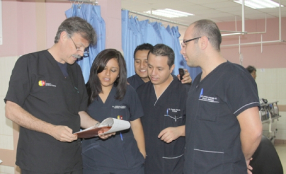 Dr. Puyana teaching medical students in Ecuador. From  El Mercurio,  2013.