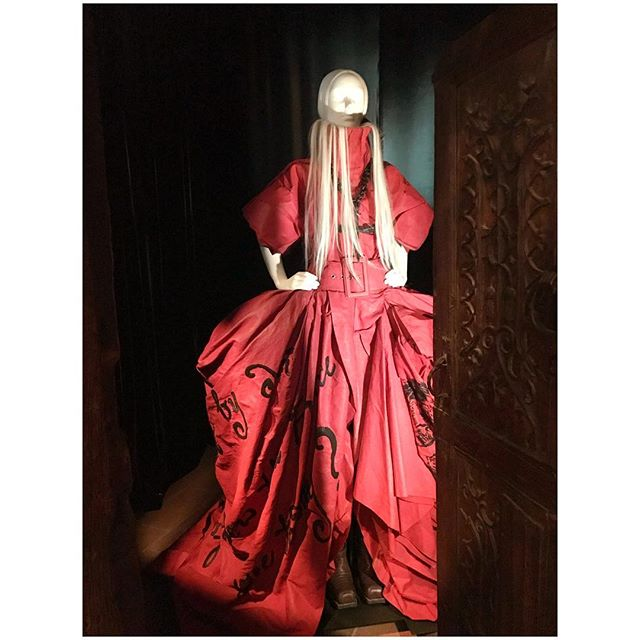 Sass on hips, waterfall hair and red on red on red. PUSH IT. #heavenlybodies #metmuseum #cloisters #bvfieldtrip