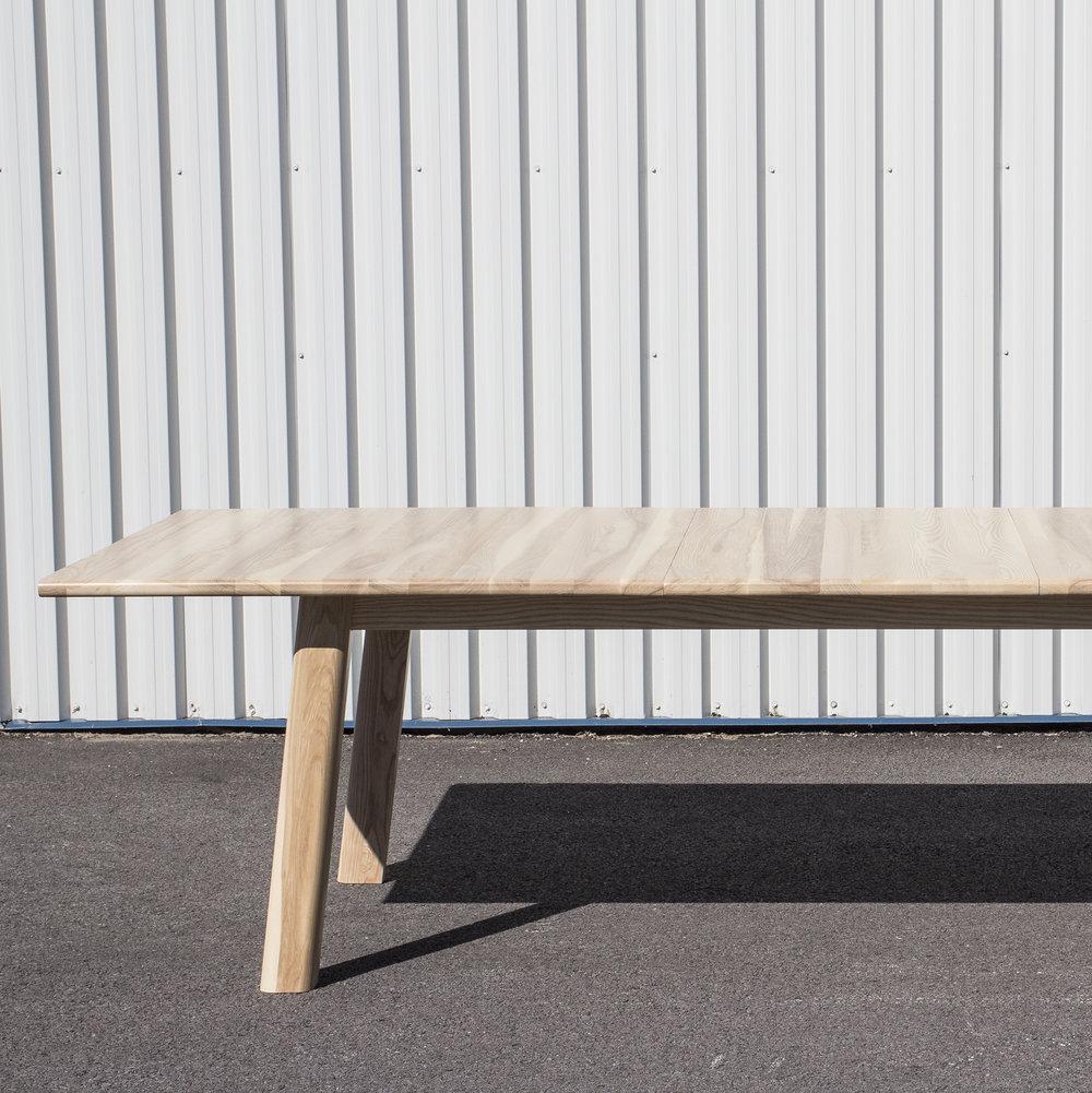 TABLES ET PUPITRES /  TABLES AND DESKS