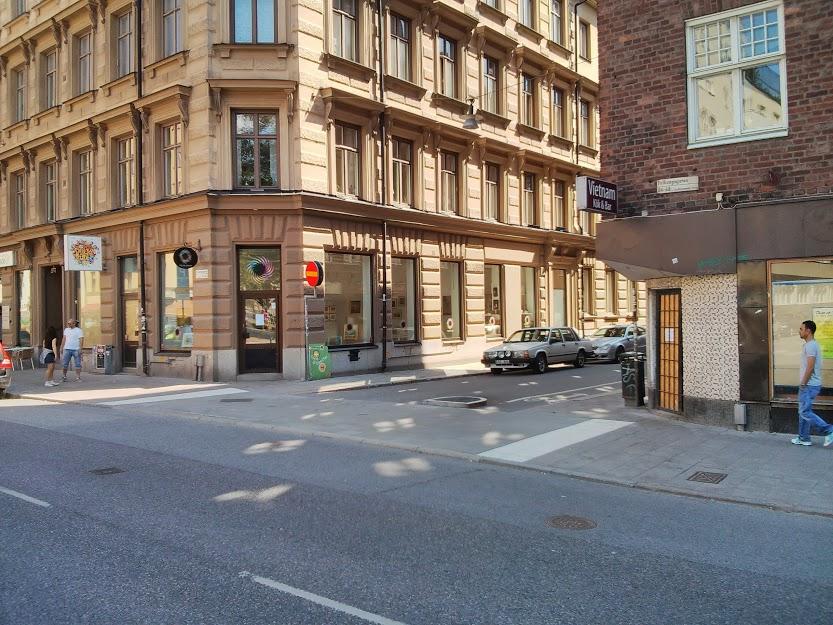 The  intersection  between Folkungagatan (main street) and Södermannagatan (one-way traffic), Stockholm.