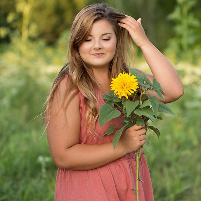 We had so much fun at Courtney's senior session; it was full of laughing, snacking on gummy worms, tons of cute outfits & lots of Kansas flowers! Swipe left to see what @courtneysinklier & her mom had to say about their AKP senior session! 💗  Hair&makeup: @megopfer #kansasphotographer#akpseniors#AshleyKlatyPhotography