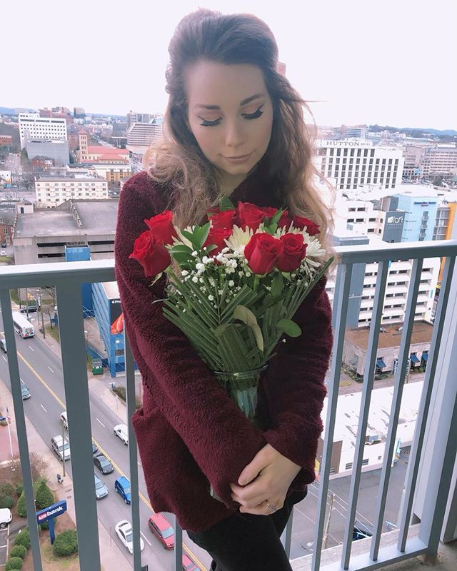 Always thought roses were a waste of money but now I'll take the L O T 🤷🏼♀️🌹🎀 : : : : : : : : : : : : : : #roses #valentines #redrose #balcony #downtown #nashville #artist #singer #songwriter #americana #folk #folkmusic #countrymusic #cityview #lovey #gift #vintage #retro #70s #60sfashion #wingedliner #highlighter #cutcrease #unsignedartist #bighair #western