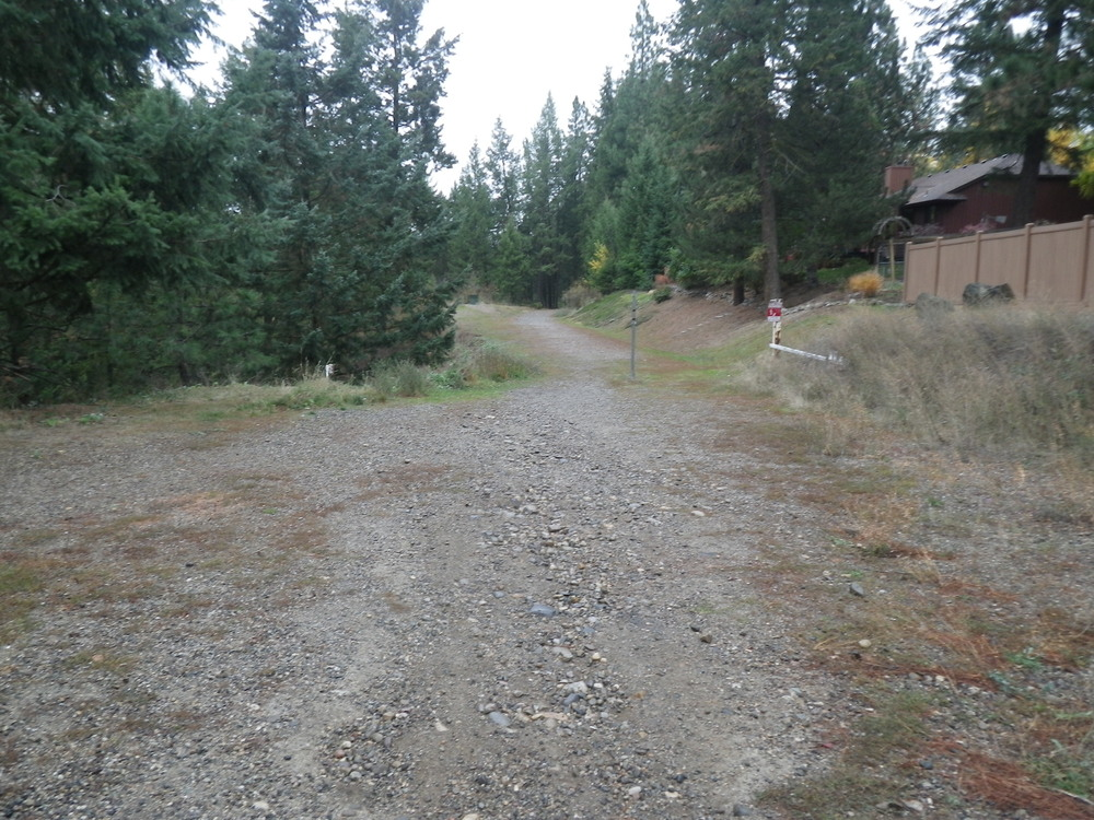 The top of the trailhead. You start at the edge of the valley with a downhill tack from the residential section.
