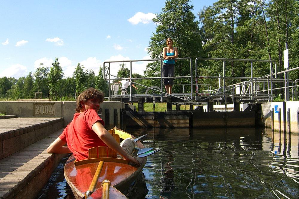 Schleusen und Bootsrollen - Wie bei einem Fahrstuhl kann man auf diese Weise zwischen verschiedenen Wasserständen wechseln. Neben Schleusen gibt es auch Bootsrollen, bei denen das Boot über Rollen zum nächsten Niveau geschoben wird.