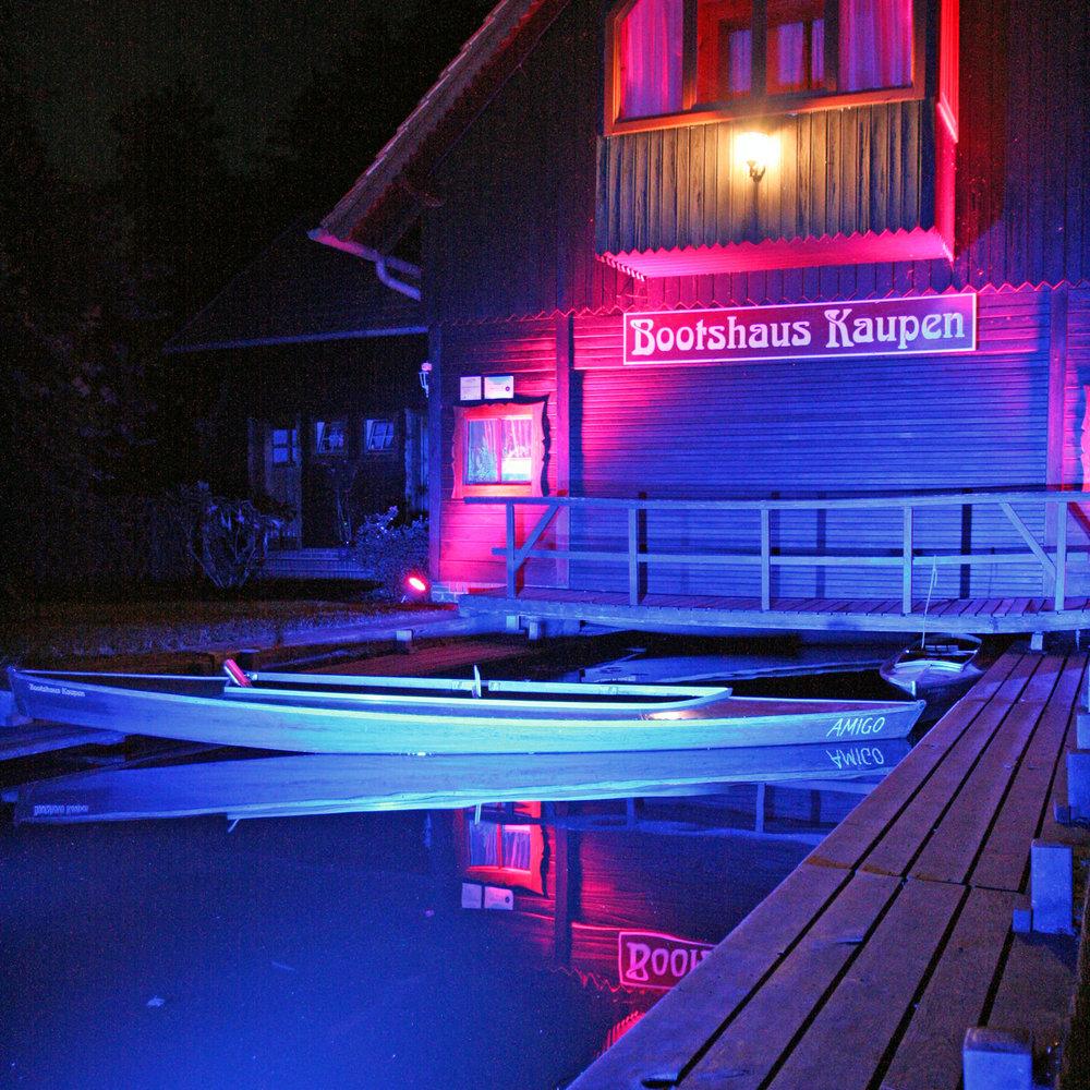 Lichterglanz in der Sommernacht - Auch unser Bootsverleih und die gesamte Insel Kaupen 1 werden zur Lichternacht kunstvoll beleuchtet.