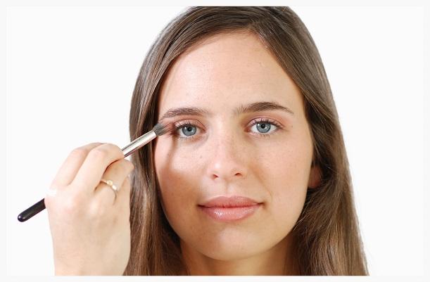 Apply peach eyeshadow
