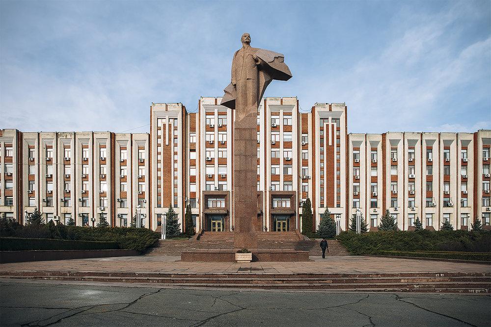 Edificio gubernamental con estatua de Lenin, Tiráspol, Transnistria. © Pedro J. Saavedra