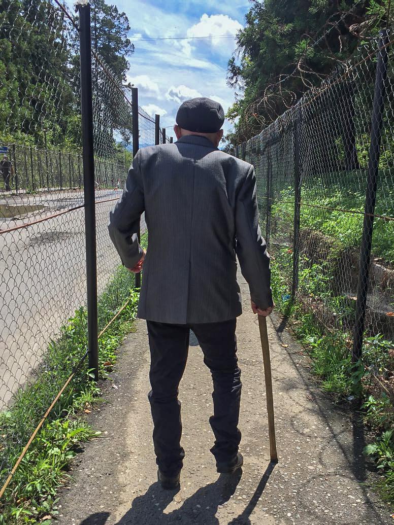 Anciano cruzando la frontera de Abjasia con Georgia.© Pedro J. Saavedra