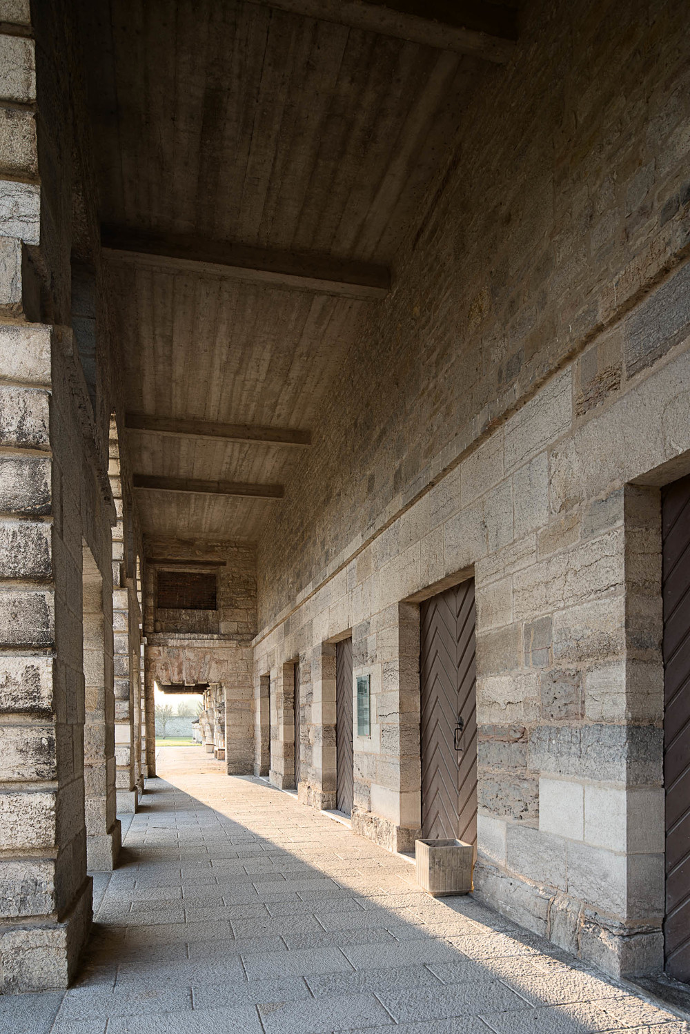 Covered porch of a production building |  Colonnade d'un bâtiment de production.