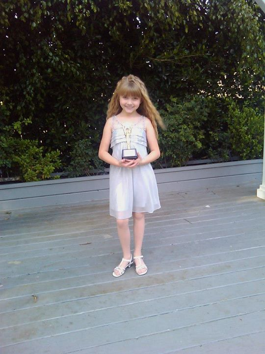 "Samantha with her award for ""Best Performance in a TV Series Guest Starring Young Actress Ten and Under"" for her episode of Ghost Whisperer."