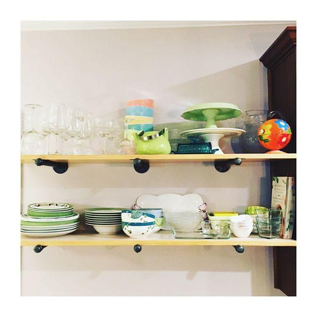 Open shelves galore #diy #woodshelves #rusticdecor #colorful #dishes #comfortable #easyaccess #wood #decor #interiordesign
