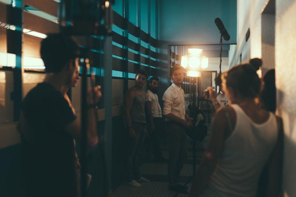 Installation de la lumière par le chef opérateur, Emilien Salustio, pour 'une scène filmée au sol.