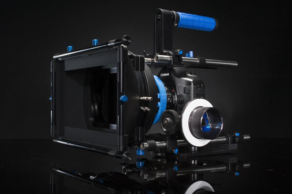 """Notre caméra : le 5D Mark III équipé de son kit épaule """"Rig"""""""