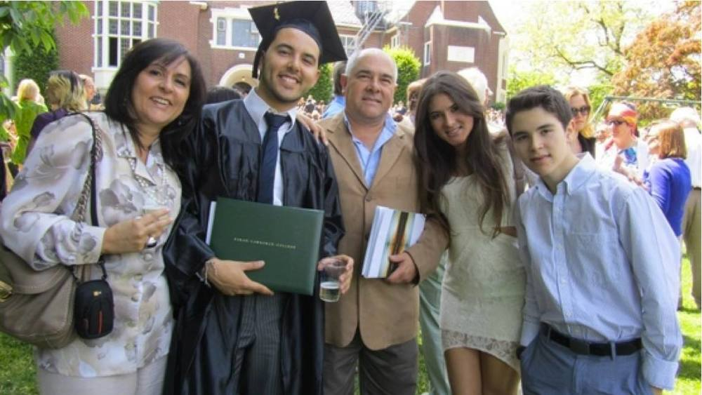 The family gathers together to celebrate the college graduation of Manuela's elder brother.