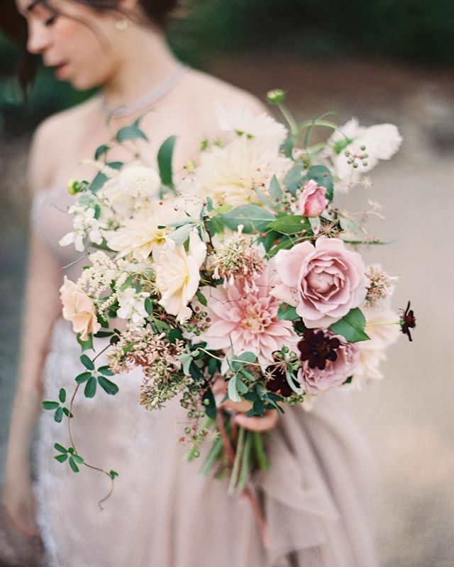 Hope your day is as gorgeous as this bouquet! @saipuaweddings 's  pink hues perfectly brought out color in Elizabeth's #weddingdress. My favorite part is the dainty trailing vine on the left. Planning by my dear friend @jenniferlaraia #bouquet #weddingplanning