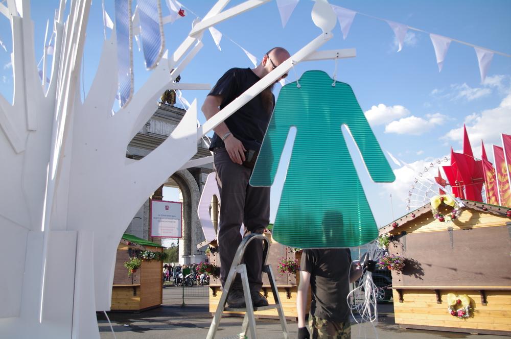 Для одёжных объектов на дереве мы использовали поликарбонат и светодиодную подсветку. Вышло эффектно!