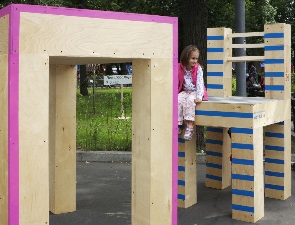 """Вот такую обстановочку мы создали в """"Стране чудес"""". Не знаю, что бы на это сказал Льюис Кэрролл, но в ходе нашего эксперимента мы доказали, что уменьшенные в масштабе дети всё-таки могут забраться на стол!"""