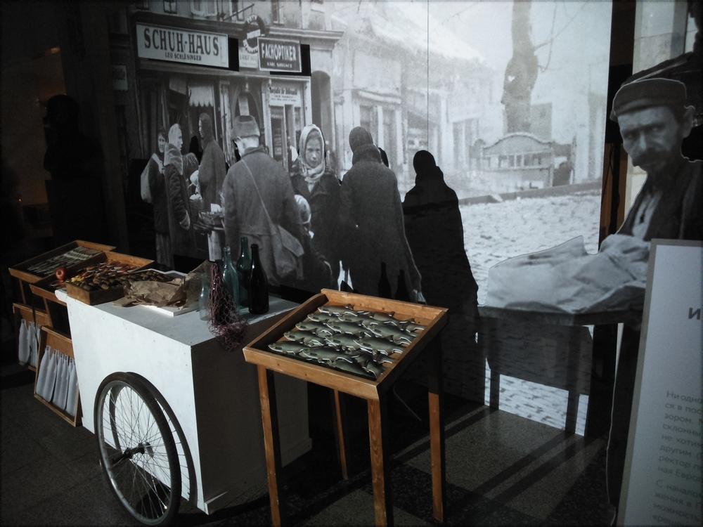 """Сцена """"Рынок"""" рассказывающая о событиях Хрустальной ночи."""