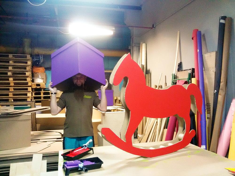 Лошадка-качалка из картона.