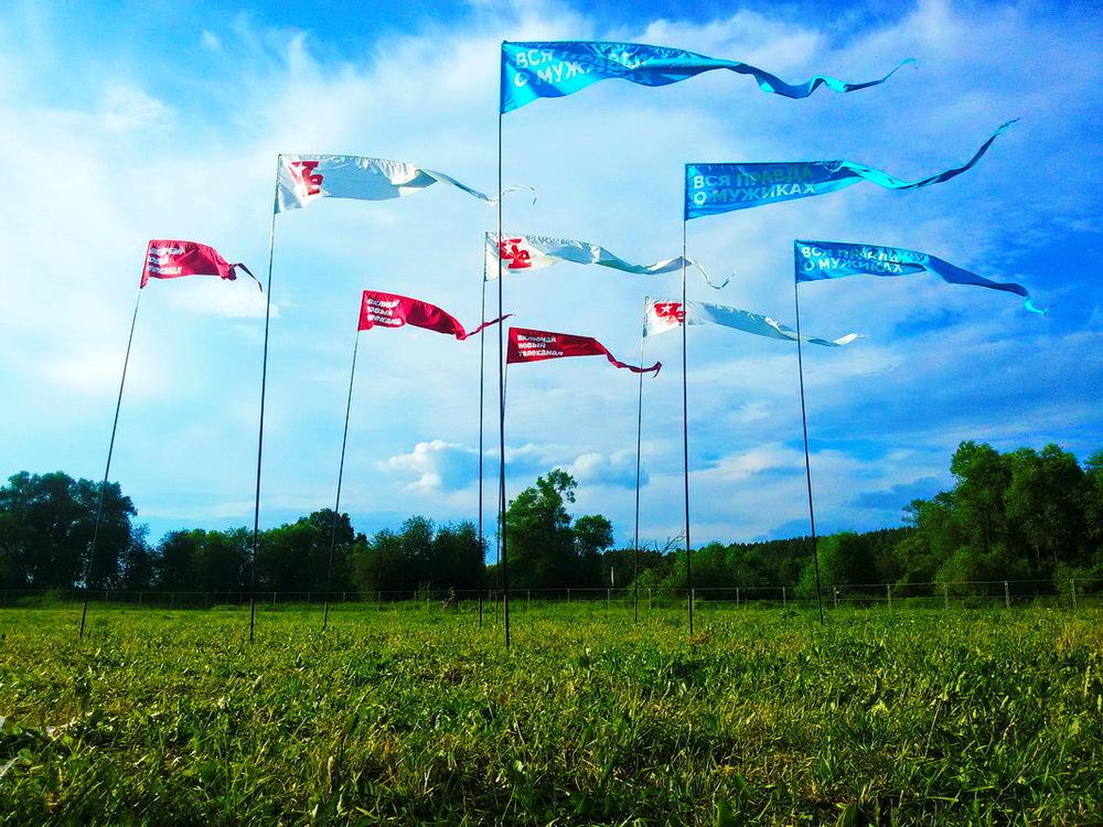Ловили ветер 6 метровыми флагами. Естественно, мы не могли сделать просто флаги. Это же не интересно! Поэтому мы придумали хитрый конструктив и добавили немного флюгерности. Даже в безветрие флаги сохраняли бодрость