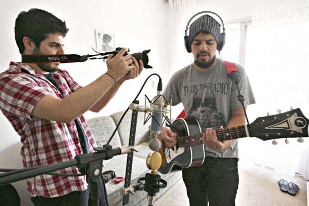 """Vitinho registrando """"Ir Embora"""", que viria a se tornar """"Música de Novela""""."""