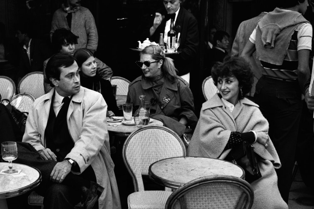 "Café, Saint Germain-des-Prés, 1980<span class=""photo-essays-link""><span class=""separator"">・</span><a href=""/photo-essays"">Photo-essays</a></span>"