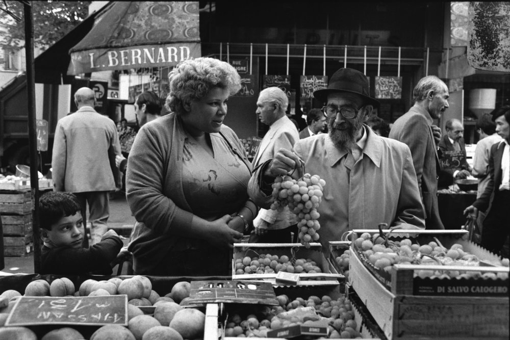 "Marché d'Aligre, 1985<span class=""photo-essays-link""><span class=""separator"">・</span><a href=""/photo-essays"">Photo-essays</a></span>"
