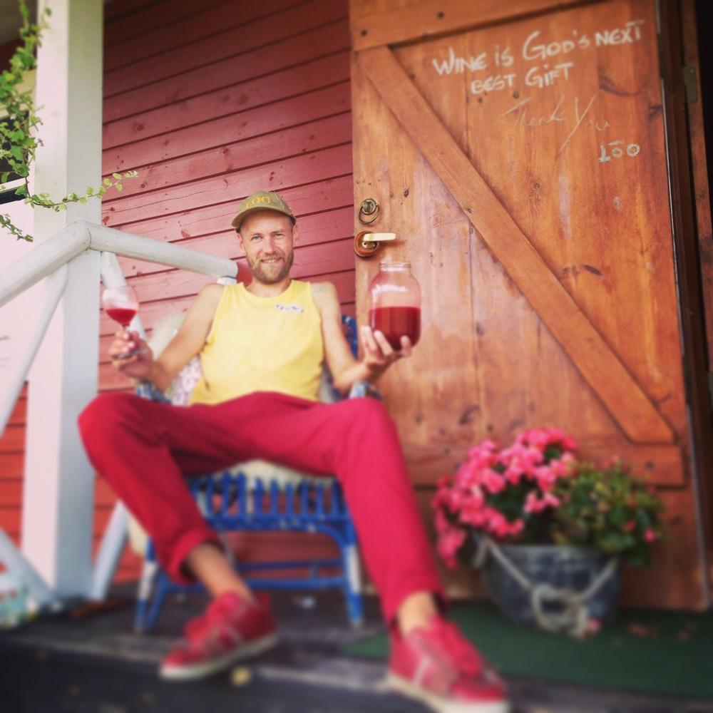 Viinamarjakasvataja Peke Eloranta mahlasaaki nautimas