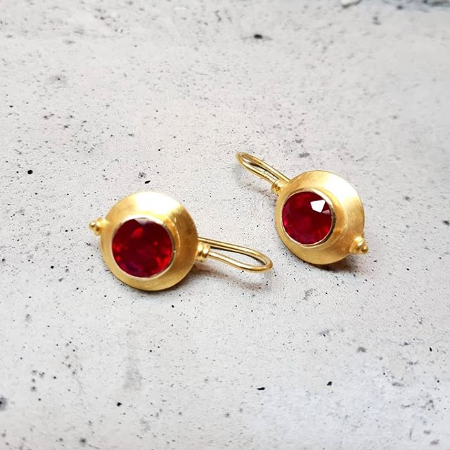 Wie wäre es mal mit einem wunderschönen, sattem Rot? Mit diesen Rubin-Ohrringen kann der Sommer kommen. #goldschmied #rubin #ohrringe #handwerk #14k #gold #handgefertigt #schmuck  #goldsmith #earrings #handmadejewelry #gold #handcrafted #jewelrygram #jewelry #madeinaustria #tyrol #innsbruck #goldschmiedeandre