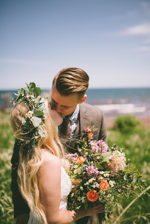 the-bees-knees-floral-design-studio-brainerd-mn-minnesota-wedding-florist-bride-sharayah-wildflower-wedding-bouquet-marion-photography-north-shore