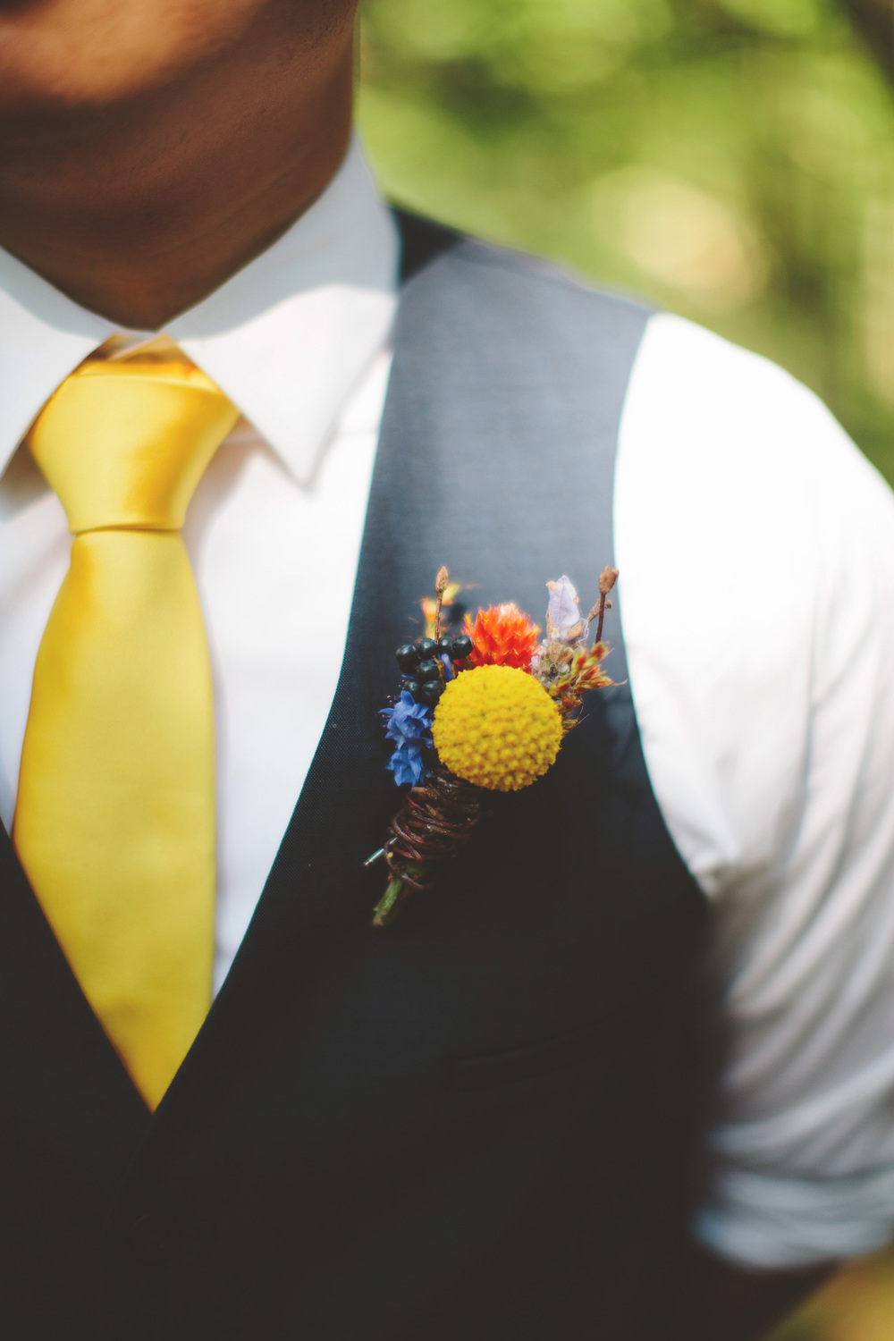 the-bees-knees-floral-design-studio-brainerd-mn-minnesota-wedding-florist-bride-sharayah-wildflower-wedding-boutonniere-the-shalom-imaginative