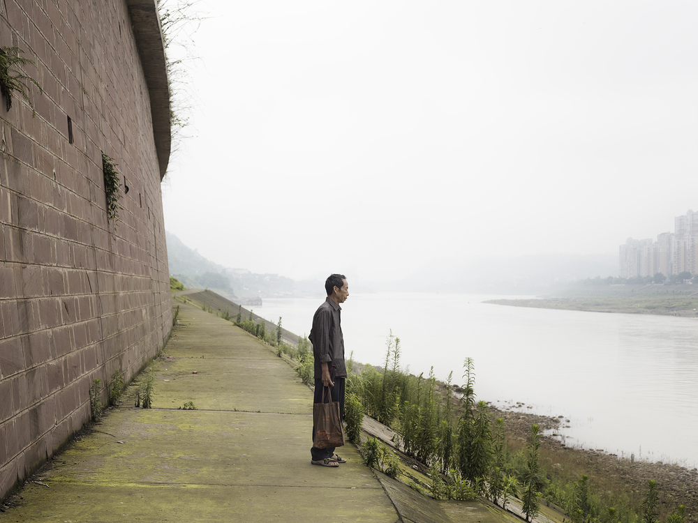 Man looking at Jinsha River_1.jpg