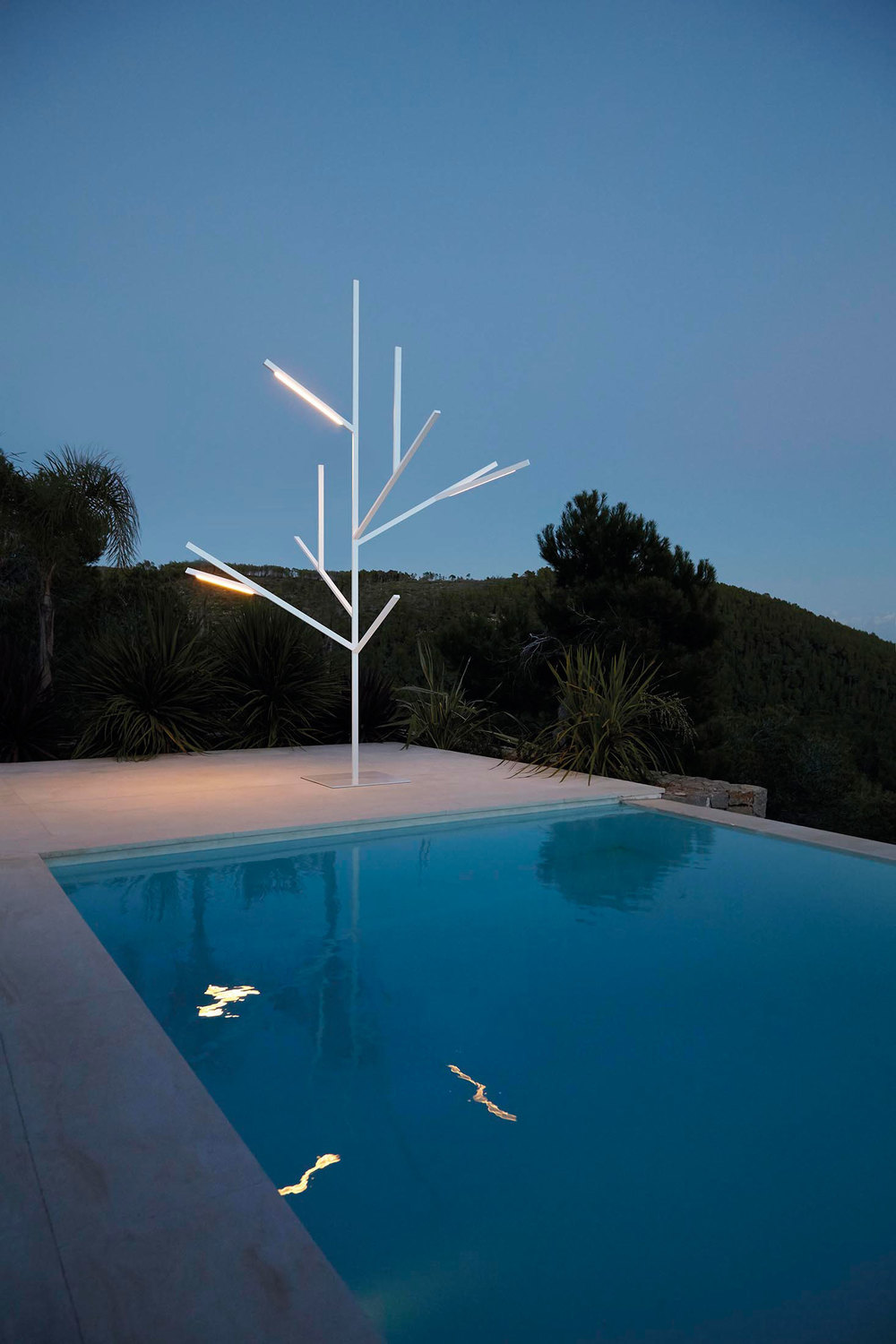 The Blau Tree lamp lit up at night. (Photo: Courtesy Gandia Blasco)