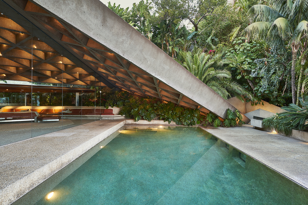 Exterior shot of the John Lautner–designed home. (Photo: Spencer Lowell/Surface)