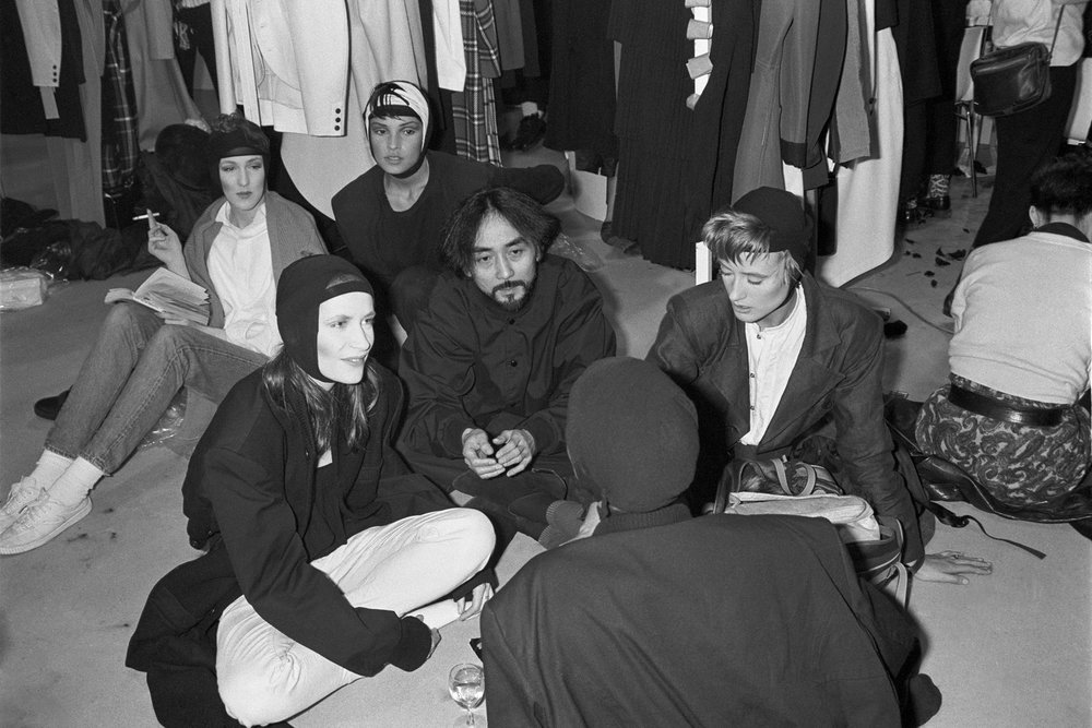 Yohji Yamamoto surrounded by his models backstage at his spring 1986 fashion show. (Photo: Jean-Luce Huré)