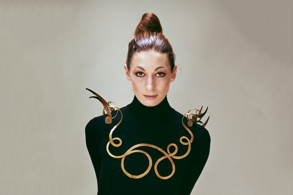 Anjelica Huston circa 1976 wearing Alexander Calder's The Jealous Husband necklace, which he made around 1940. (Photo: Evelyn Hofer/ Courtesy estate of Evelyn Hofer)