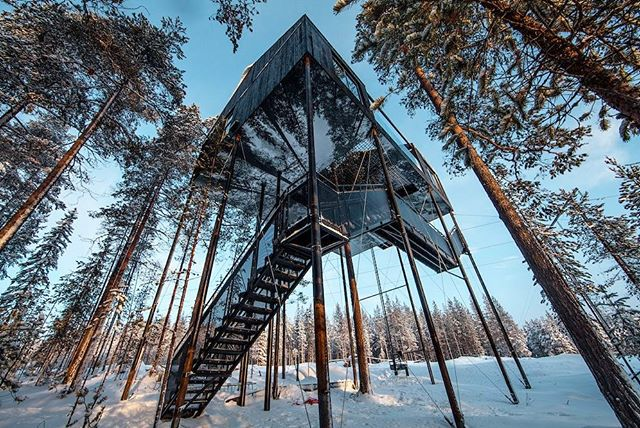 ❄️#Snøhetta designed a cozy, nordic cabin in the treetops of Northern Sweden. The 7th Room, the latest edition to #TreeHotel's collective, officially opened yesterday. (Photo: Johan Jansson)