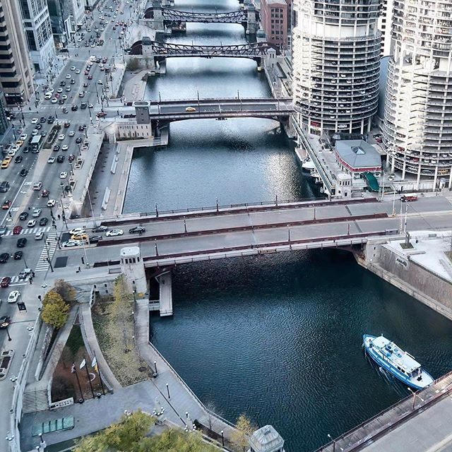The Chicago Riverwalk is enlivening the Windy City's public spaces. Go inside the new development on surfacemag.com. #chicagoriverwalk #surfacemag (📷 via @_melody_________)