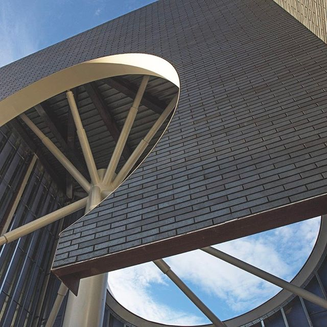 "🌘A ""starburst lantern"" at Rice University's new arts center, designed by @michaelmaltzanarchitecture. Find out how the building ""changes with the sky"" on surfacemag.com. #MoodyCenter"