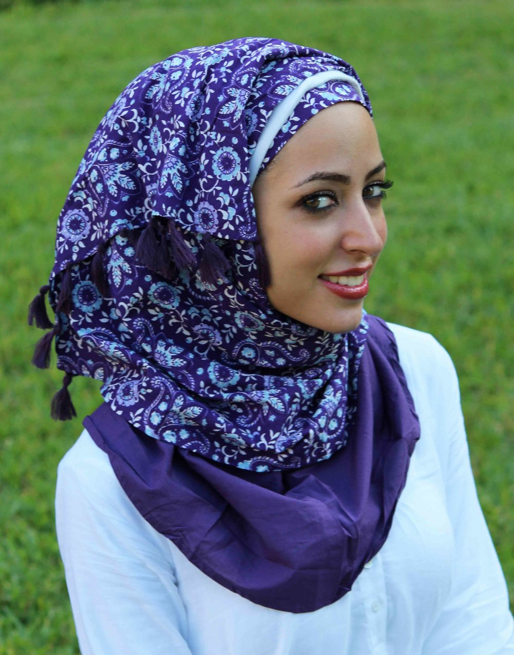 f794fdaa7af7f Syrian women frequently wear their hijab wrapped around their head and  secured with pins. They often also wear undercaps and create drapes at the  top of ...