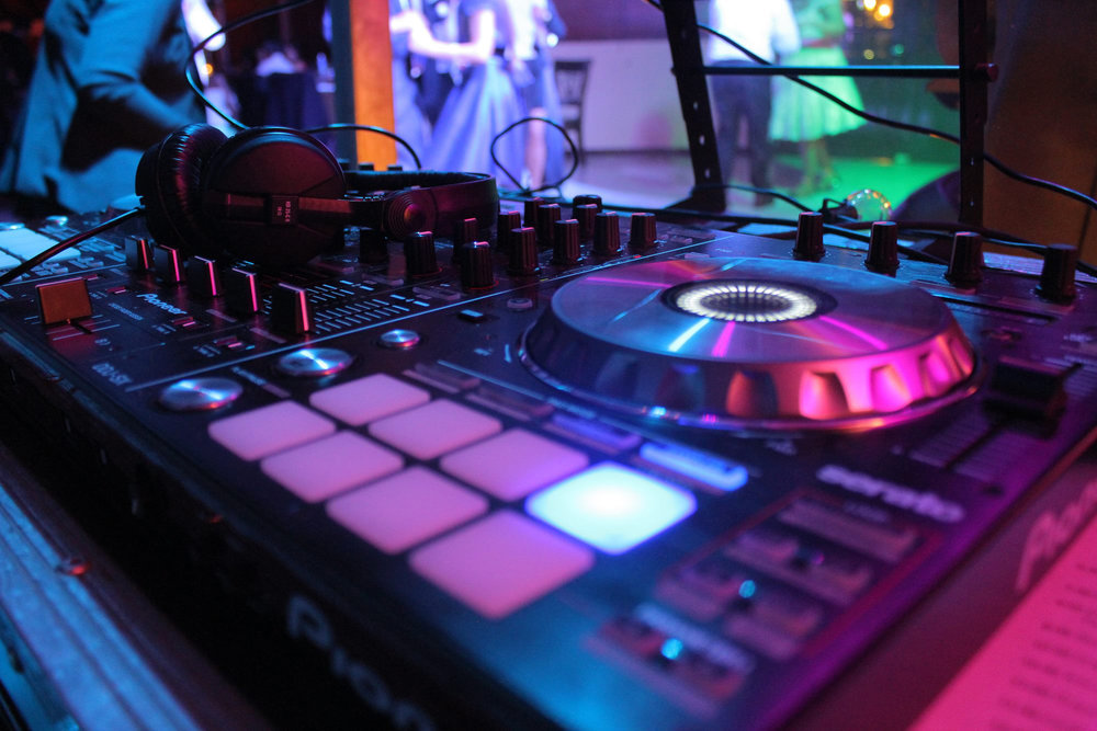 PRODUCCIÓN DE SONIDO - El sonido es lo más importante, y lo sabemos. Usamos sistemas de sonido profesionales de las mejores marcas.