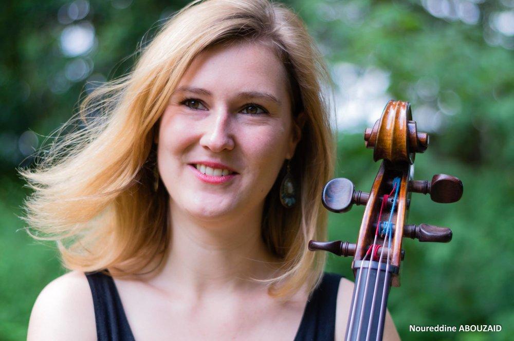 Cécile Guillon - Cécile Guillon a débuté le violoncelle à l'âge de sept ans. Parallèlement à la musique, elle a poursuivi des études littéraires et linguistiques à Paris et Berlin, a obtenu une Licence bi-disciplinaire Lettres Langues et Civilisations Etrangères allemandes et anglaises et a été diplômée en 2010 du Master Etudes Européennes et Affaires Internationales.Depuis 2011, elle s'est consacrée exclusivement à l'étude du violoncelle. Elle a notamment bénéficié de l'enseignement de Geneviève Teulière à l'Ecole Normale de Musique de Paris où elle a obtenu en 2012 le Diplôme Supérieur d'Enseignement et en en 2014 le Diplôme Supérieur d'Exécution avec les félicitations du jury. Elle enseigne le violoncelle dans divers conservatoires et écoles de musique de la région parisienne et participe au programme Démos d'éducation sociale par la musique organisé par la Philharmonie de Paris. Elle participe aussi à de nombreux concerts de musique de chambre et a enregistré également un CD avec le violoniste Christophe Boulier consacré à la musique de chambre arménienne.