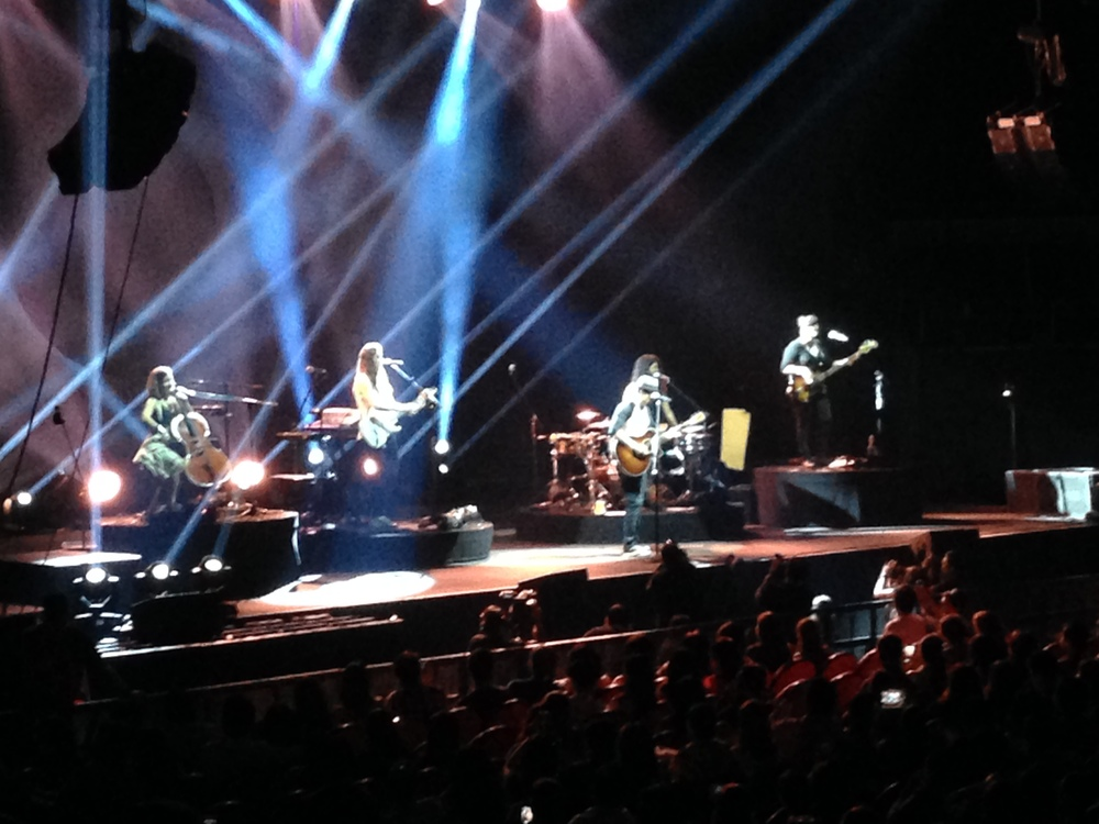 Jason Mraz andRaining Jane Live in Manila. He's somewhere there, I promise.